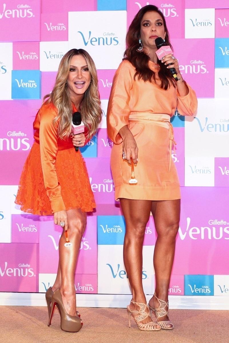 9.out.2013 - Com as pernas de fora, Claudia Leitte e Ivete Sangalo se depilam no lançamento de campanha de um produto de beleza, em São Paulo
