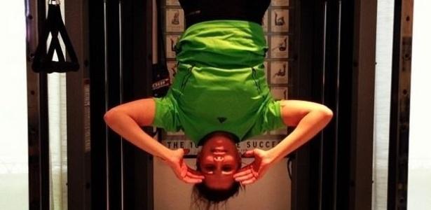 9.out.2013 - Deborah Secco mostrou que está em dia com a malhação e divulgou uma imagem onde aparece fazendo abdominal de cabeça para baixo