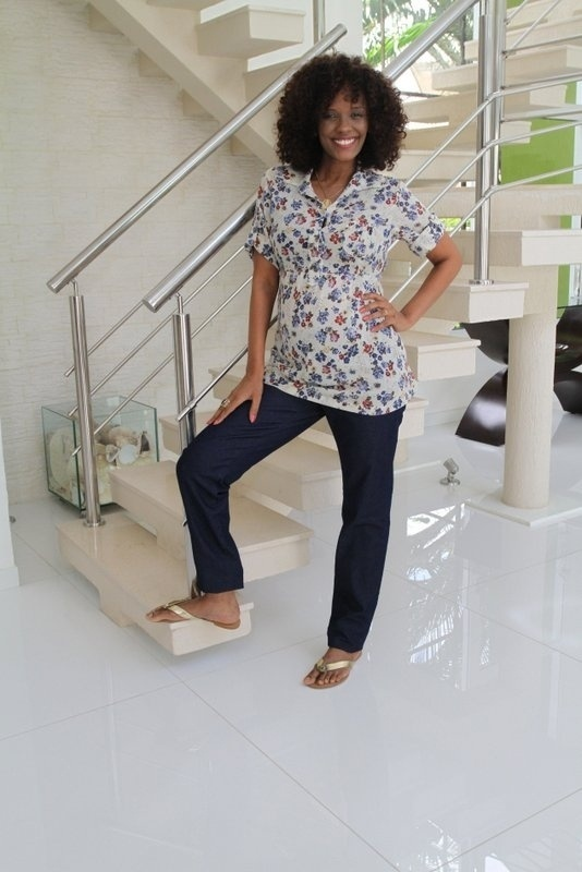 9.out.2013 - Grávida de cinco meses, Isabel Fillardis fez ensaio em sua casa, no Rio