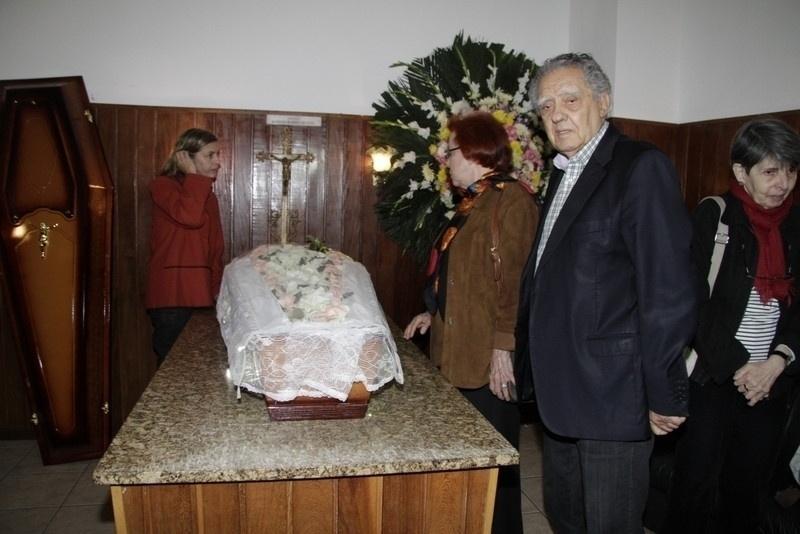 9.out.2013 - O diretor de cinema Luiz Carlos Barreto, sua mulher Lucy e a cineasta Carla Camurati dão adeus para Norma Bengell. O velório acontece no cemitério São João Batista, no Rio de Janeiro