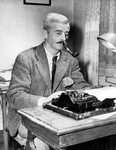 Nov.1950 - O novelista americano William Faulkner trabalha em máquina de escrever, em sua casa em Oxford, Estados Unidos.