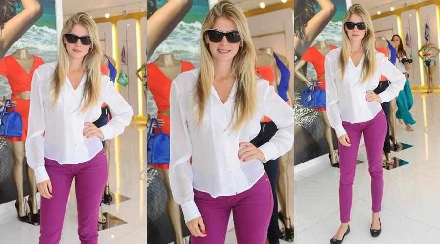 10.out.2013 - Nova milionária da praça, Bárbara Evans visitou uma loja feminina nesta quinta em São Paulo. A modelo foi a vencedora do reality