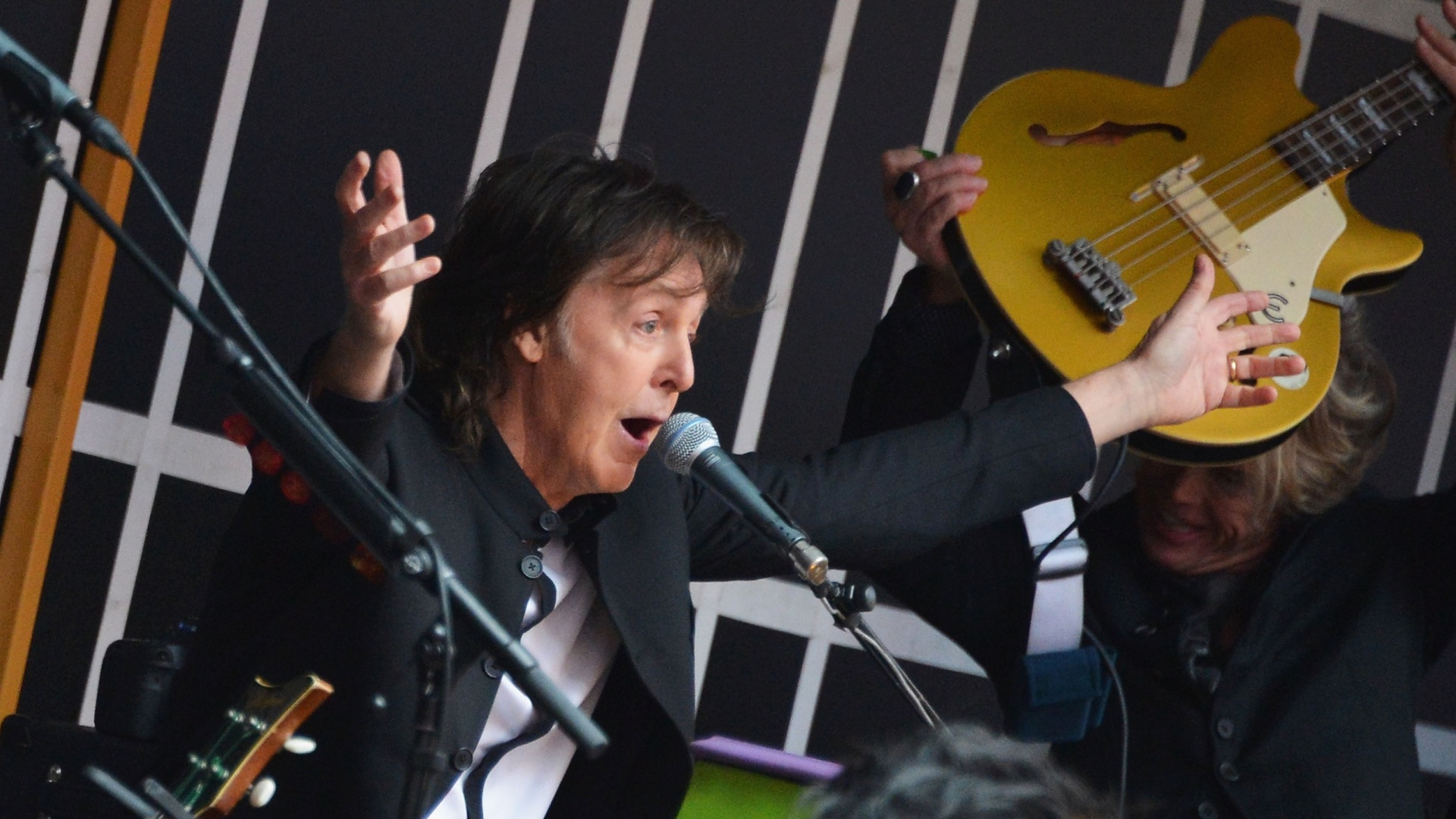 10.out.2013 - Paul McCartney faz show surpresa na Times Square, em Nova York