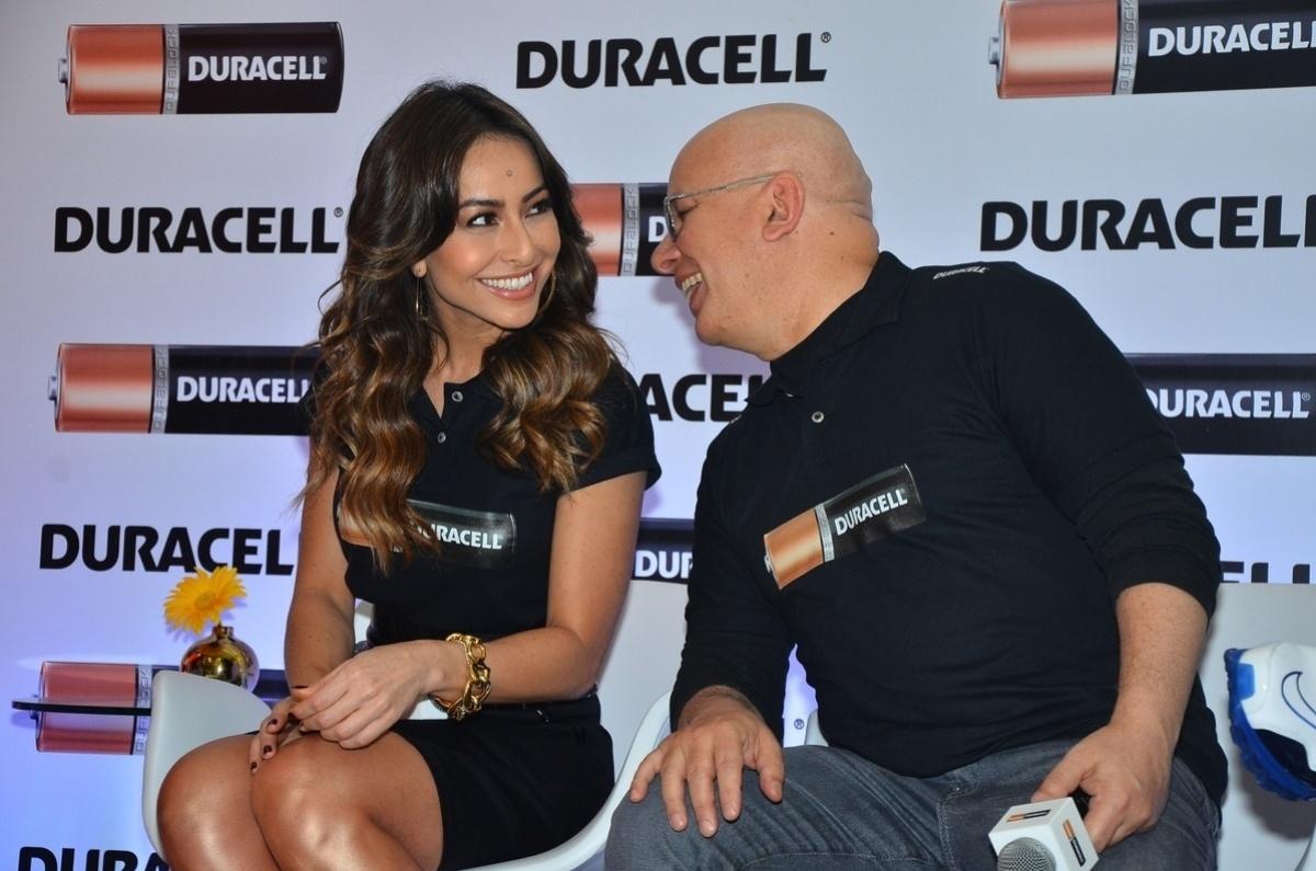 10.out.2013 - Sabrina Sato e Marcelo Tas conversam durante em evento em São Paulo