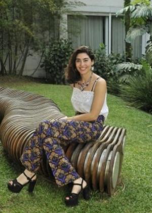 A designer de acessórios francesa Shourouk posa no jardim da casa de Alessandra Campiglia, onde foi realizado brunch para lançamento de sua coleção em parceria com a Swarovski (09/10/2013)