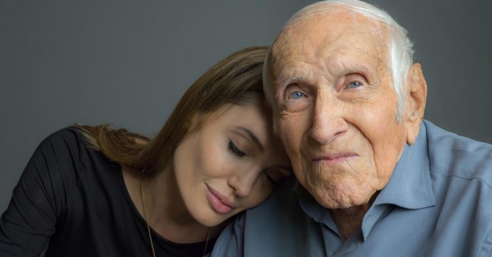 Angelina Jolie e Louis Zamperini em primeira foto do filme