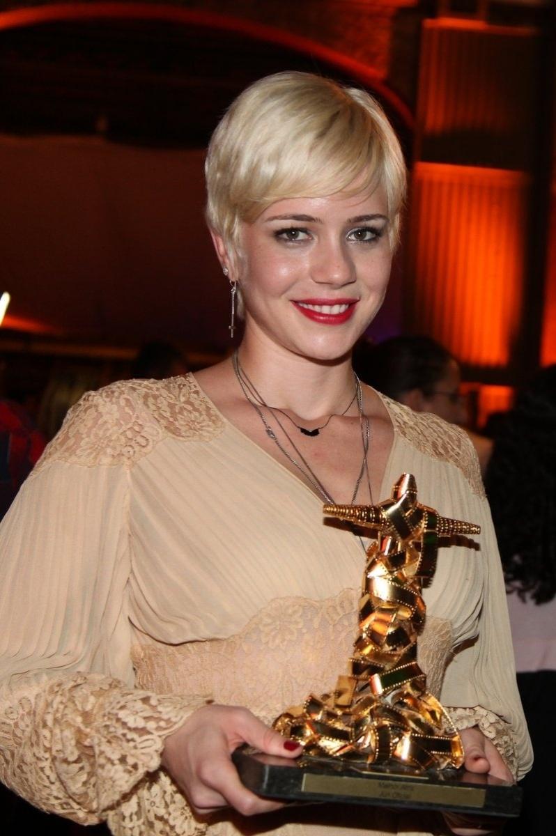 """10.out.2013 - Leandra Leal vence a categoria de Melhor Atriz com o filme """"O Lobo Atrás da Porta"""""""