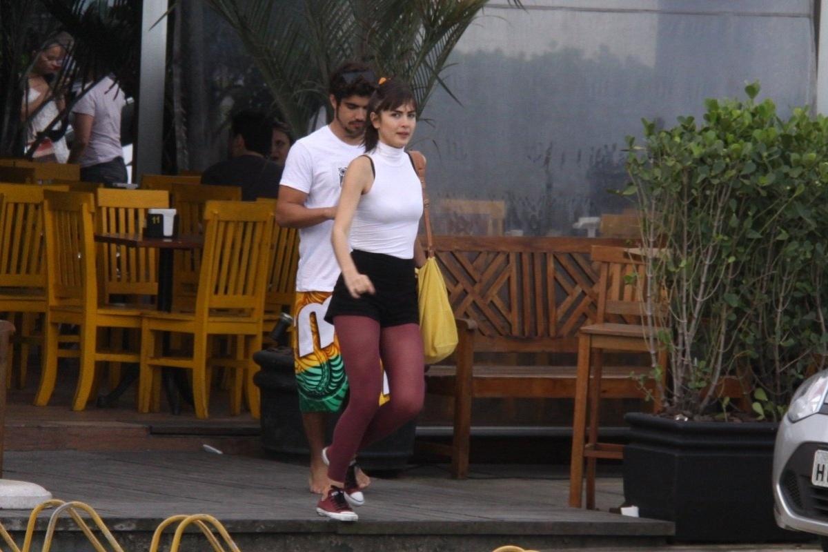 11.out.2013- Caio Castro e Maria Casadevall deixam restaurante no Rio juntinhos