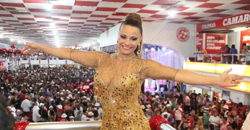 11.out.2013 - Salgueiro realiza ensaio com final do samba enredo para o Carnaval 2014, com a participação da Rainha da Bateria Viviane Araújo, na quadra da escola, na Tijuca