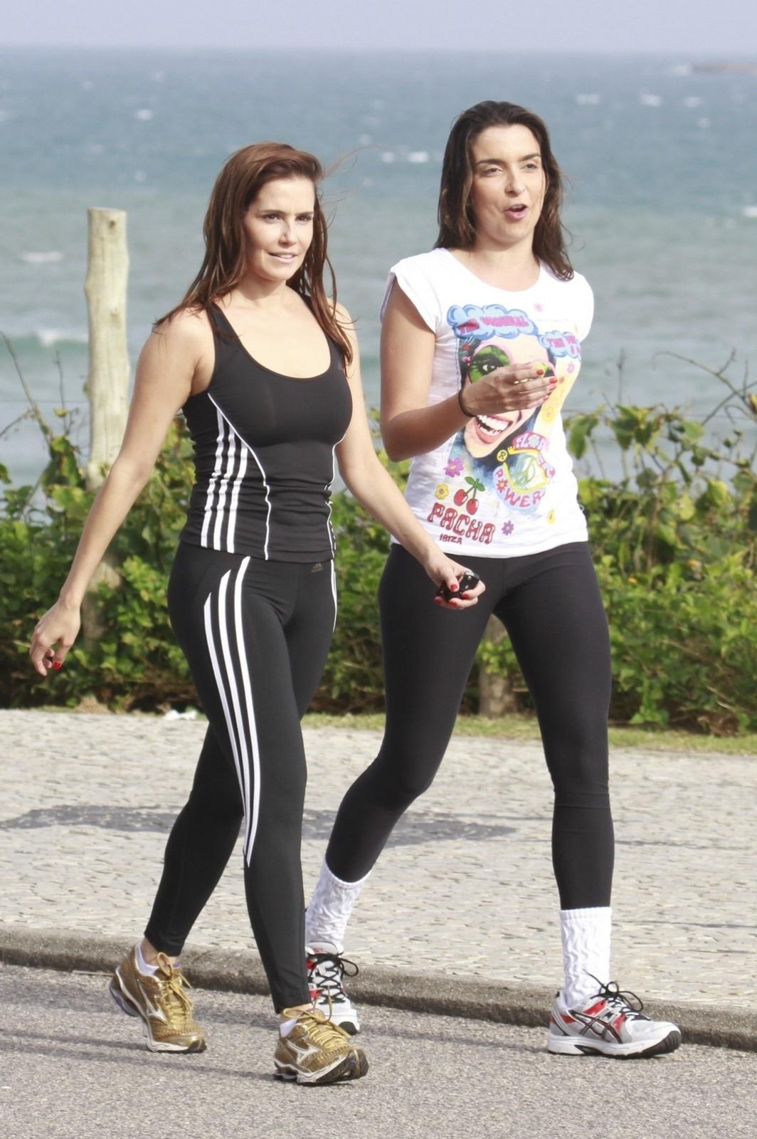 12.out.2013 - Em busca da boa forma, Deborah Secco realizou exercícios com uma amiga na Praia da Barra, no fim da tarde deste sábado (12)