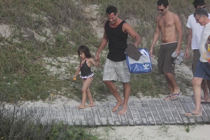 12.out.2013 - Malvino Salvador passeia com a filha, Sofia, em uma praia da Zona Oeste do Rio