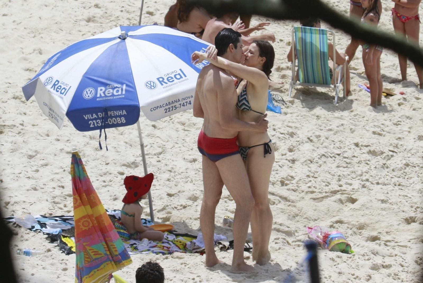 12.out.2013 - Mateus Solano aproveitou o Dia das Crianças para ir à praia com a mulher, Paula Braun, e a filha, Flora, neste sábado (12), no Rio. O casal de atores está no ar em
