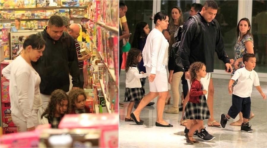 12.out.2013 - Ronaldo escolhe presente com as filhas Maria Alice e Maria Sofia em shopping do Rio