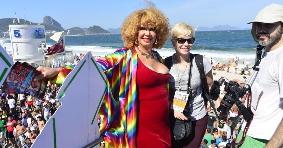 13.out.2013 - Jane Di Castro e Leandra Leal posando em um carro da 18ª edição da Parada do Orgulho LGBT no Rio
