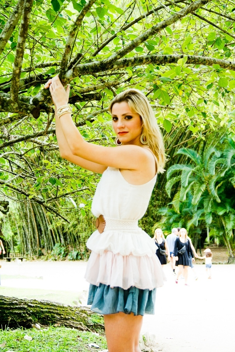 """A bandeirinha Fernanda Colombo, musa da arbitragem de Santa Catarina, fez seu primeiro ensaio como modelo no Jardim Botânico do Rio de Janeiro. Modesta, a bela de 21 anos diz que """"não sabe ser modelo"""", mas que aceitou o convite para ter fotos de book, que nunca tinha feito antes"""