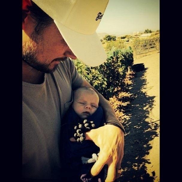 14.out.2013 - Josh Duhamel divulgou uma imagem onde aparece segurando o filho, Axl. O menino é fruto do casamento do ator com a cantora Fergie
