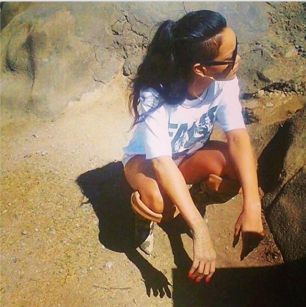 14.out.2013 - Rihanna descansa durante passeio pelo Lion Park em Johannesburgo