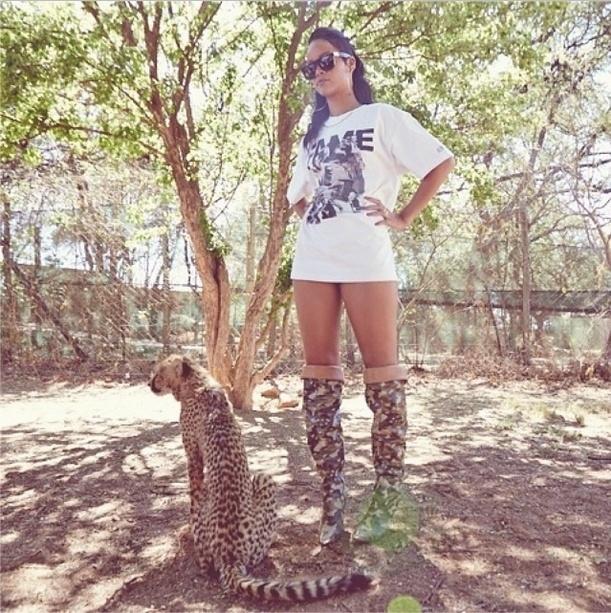 14.out.2013 - Rihanna posa ao lado de um guepardo no Lion Park em Johannesburgo e publica foto em sua conta no