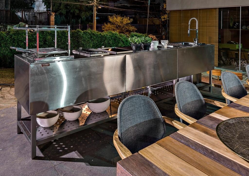 Casa Cor MG - 2013: Na Garagem, projetada pela arquiteta Andréa Buratto, também há espaço para uma bancada de cocção com pia e aspecto industrial. A mesa de jantar com acabamento rústico acompanha o viés