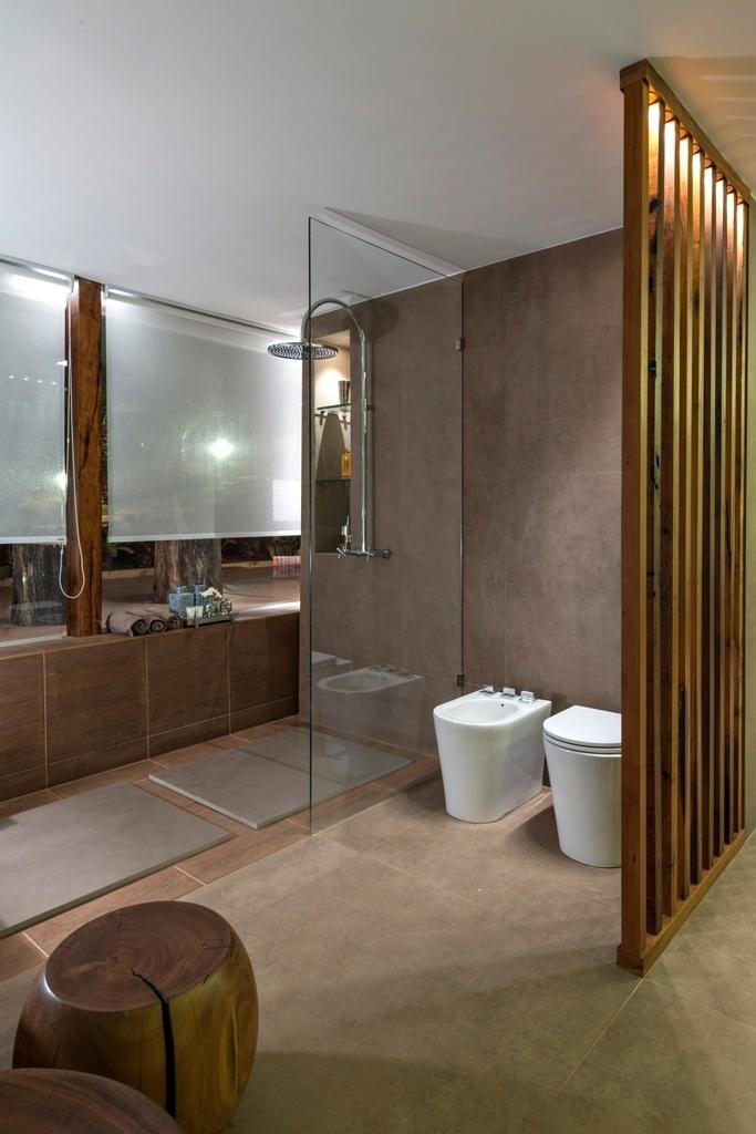 Casa Cor MG - 2013: Cores claras, detalhes artesanais e iluminação indireta são alguns dos elementos que fazem a ambientação equilibrada e nada monótona da Sala de Banho, criada pela arquiteta Márcia Carvalhae