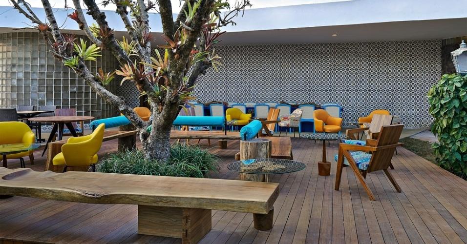 Casa Cor MG - 2013: O Terraço desenhado pelos arquitetos Edwiges Leal e Eduardo Begiato se baseia na parede de azulejos para desenvolver a paleta que orienta a decoração. Nela, o azul e o amarelo são salpicados sobre móveis de madeira clara ou compõem as peças como um todo