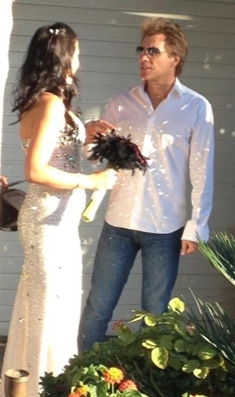 12.out.2013 - A noiva publicou uma foto no Facebook dela conversando com o cantor após as festividades.