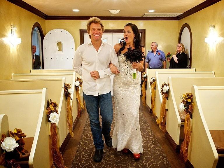 12.out.2013 - Jon Bon Jovi leva fã ao altar em capela em Las Vegas
