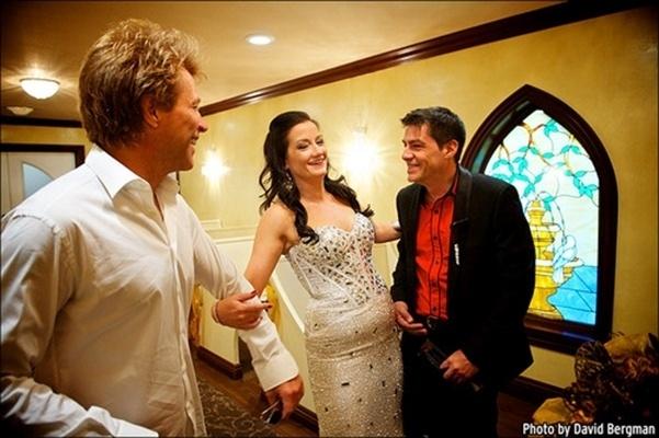 12.out.2013 - O cantor Jon Bon Jovi entrega a fã Branka Delic ao noivo, Gonzalo Claderia, na Graceland Wedding Chapel, mesmo lugar onde ele se casou com a mulher, Dorothea, há 24 anos