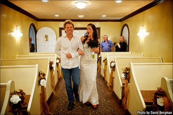 12.out.2013 - O cantor Jon Bon Jovi leva a fã Branka Delic até o altar, na Graceland Wedding Chapel, mesmo lugar onde ele se casou com a mulher, Dorothea, há 24 anos. O astro realizou o sonho da super fã australiana, após a moça criar um site fazendo o pedido