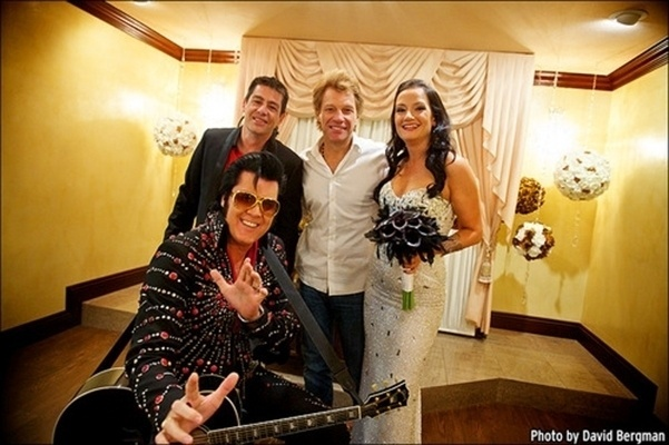 12.out.2013 - O cantor Jon Bon Jovi posa com os noivos, Branka Delic e Gonzalo Claderia, após levar a noite até o altar, na Graceland Wedding Chapel, mesmo lugar onde ele se casou com a mulher, Dorothea, há 24 anos, em Las Vegas