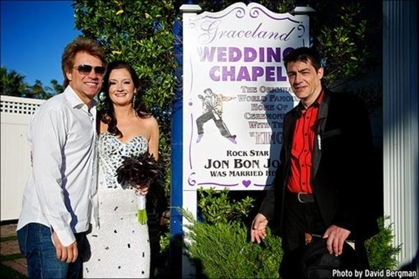 12.out.2013 - O cantor Jon Bon Jovi posa com os noivos, Branka Delic e Gonzalo Claderia, do lado de fora da capela Graceland Wedding Chapel, em Las Vegas. O lugar é o mesmo onde Jon se casou com a mulher, Dorothea, há 24 anos