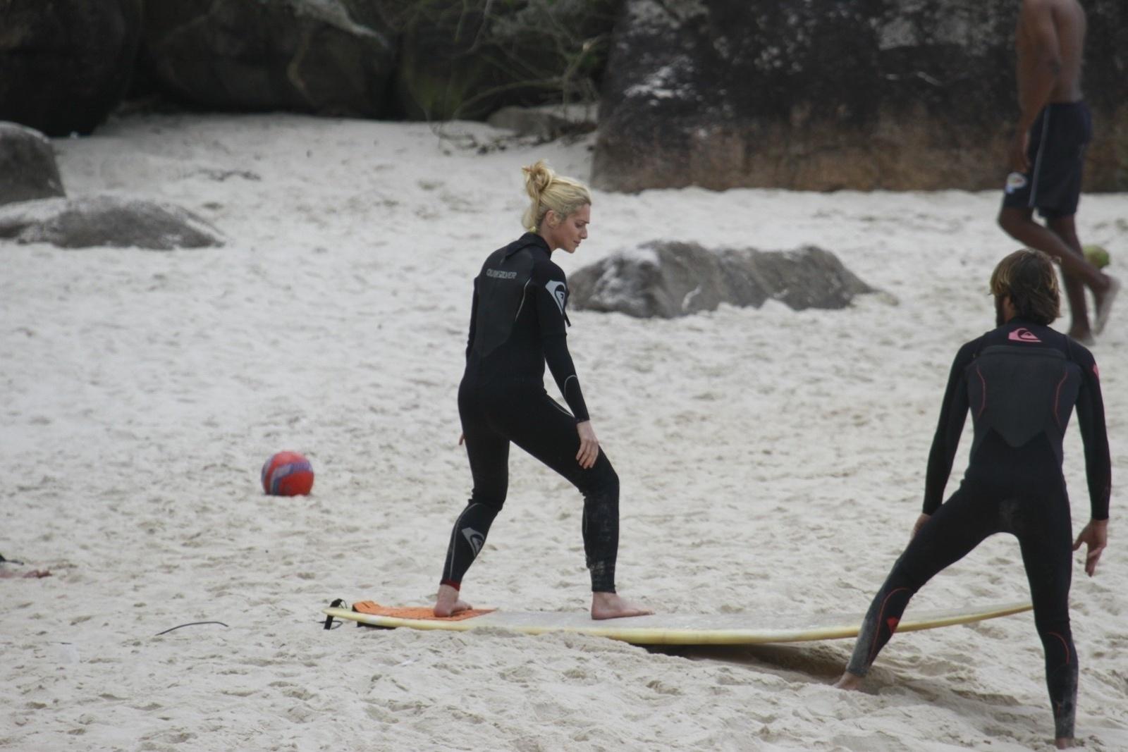 14.out.2013 - Letícia Spiller fez aula de surfe na Prainha, zona oeste do Rio. A atriz estava acompanhada do filho, Pedro
