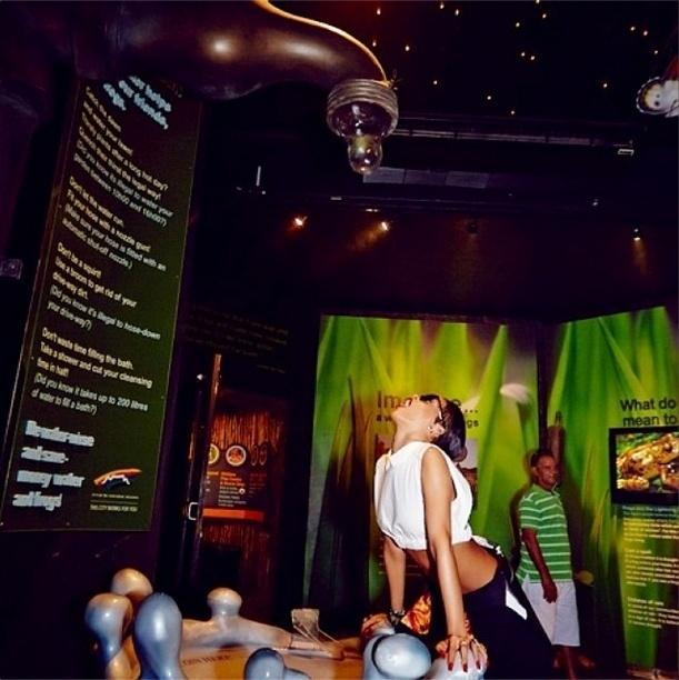 14.out.2013 - Rihanna faz graça ao posar para foto durante visita a um aquário em Cape Town
