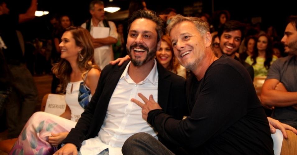 """15.out.2013 - Alexandre Nero e Marcello Novaes posam juntos durante o lançamento de """"Além do Horizonte"""", próxima novela das sete, no Rio Janeiro"""