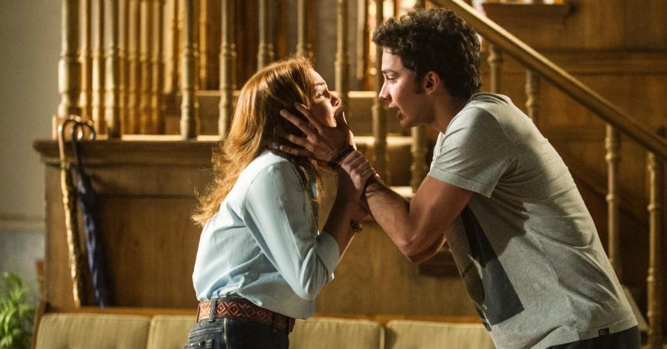 """Em """"Malhação"""", Anita termina o namoro ao ver Ben e Meg abraçados"""