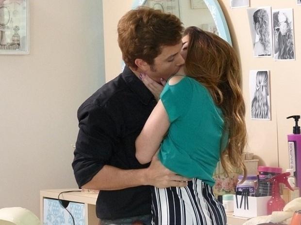 """Em """"Malhação"""", Flaviana convida Serguei para projeto e os dois se beijam"""