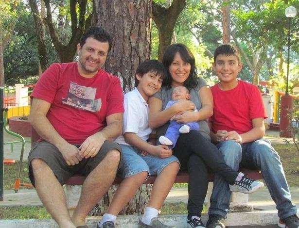 O casal Samantha Shiraishi e Guilherme Nunes da Silva, com os filhos Giorgio (esq.), Manu (no colo) e Enzo