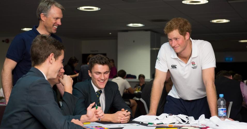 17.out.2013 - Príncipe Harry conversa com estudantes antes de jogar uma partida de rugby com eles durante evento da Rugby Football Union (RFU) voltado para a promoção do esporte em escolas. A visita do terceiro na linha de sucessão ao trono britânico aconteceu no estádio Twickenham, em Londres, Inglaterra
