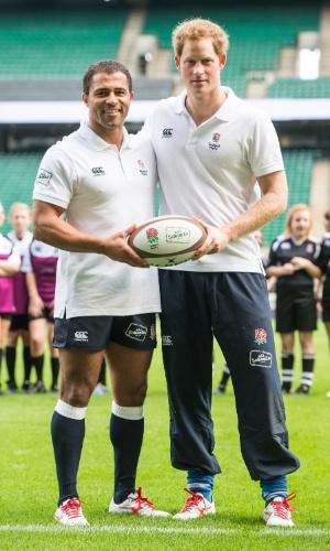 17.out.2013 - Príncipe Harry posa com o jogador de rugby Jason Robinson em evento Rugby Football Union (RFU) voltado para a promoção do esporte em escolas. O encontro aconteceu no estádio Twickenham, em Londres, Inglaterra