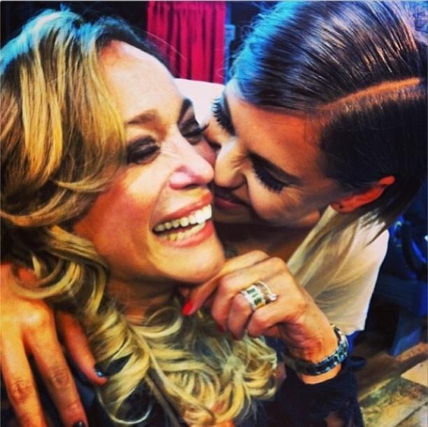 17.out.2013- Bárbara Paz faz aniversário e recebe carinho de Susana Vieira: