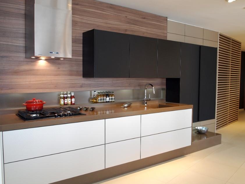 Cozinha planejada permite a escolha de materiais, revestimentos e