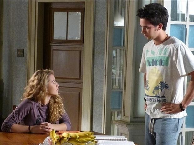 """Em """"Malhação"""", Meg diz a Ben que quer entregar o filho para adoção"""