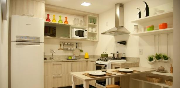 """O espaço em """"L"""" possibilita intercalar o posicionamento da geladeira, da pia e do fogão com a bancada"""