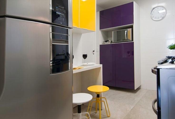 Na cozinha planejada da Linea Mobili (www.lineamobili.com.br), as portas dos armários ganharam cores vibrantes, aplicadas na madeira com a técnica da pintura automotiva. O móvel conta com estreita mesa com duas banquetas para refeições rápidas