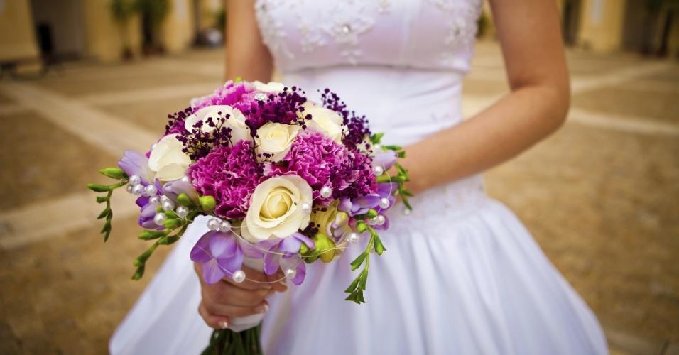 O cordão de pérolas apenas colocado entre as flores dá um ar sofisticado ao buquê