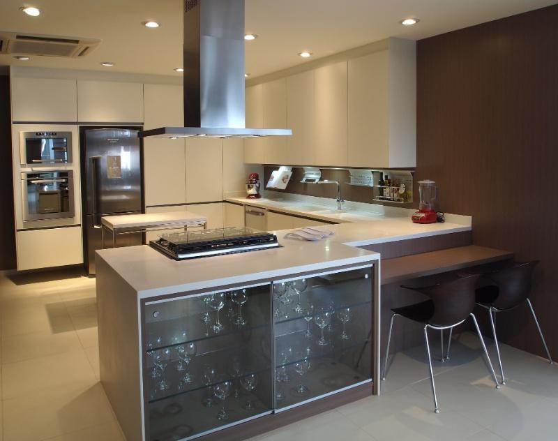 Cozinha planejada permite a escolha de materiais, revestimentos e ferragens  # Ilha Quente Cozinha