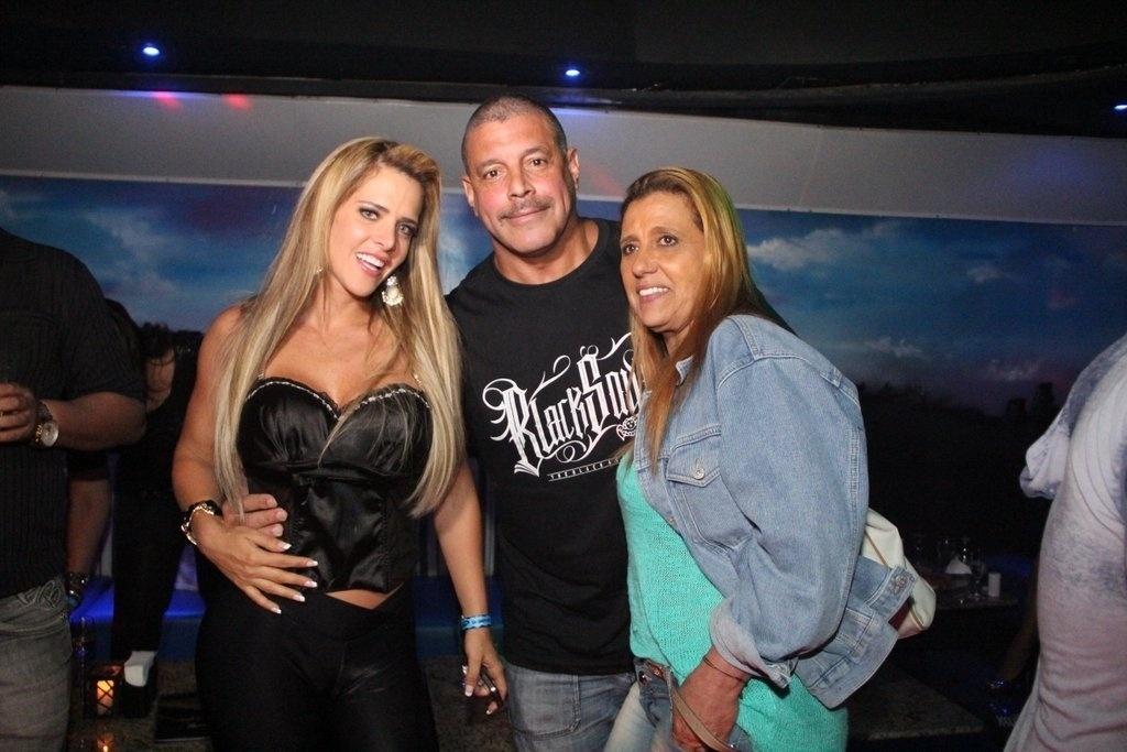 17.out.2013 - Alexandre Frota comemora seu aniversário de 50 anos com Denise Rocha e Rita Cadillac em boate de São Paulo