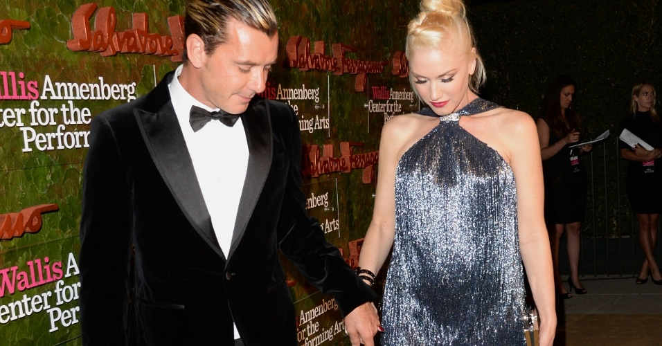 17.out.2013 - Gwen Stefani exibe barriga de grávida ao chegar com o marido, Gavin Rossdale, para o baile de gala inaugural do Wallis Annenberg Center for the Performing Arts, em Beverly Hills, Califórnia. O evento foi apresentado pelo estilista Salvatore Ferragamo