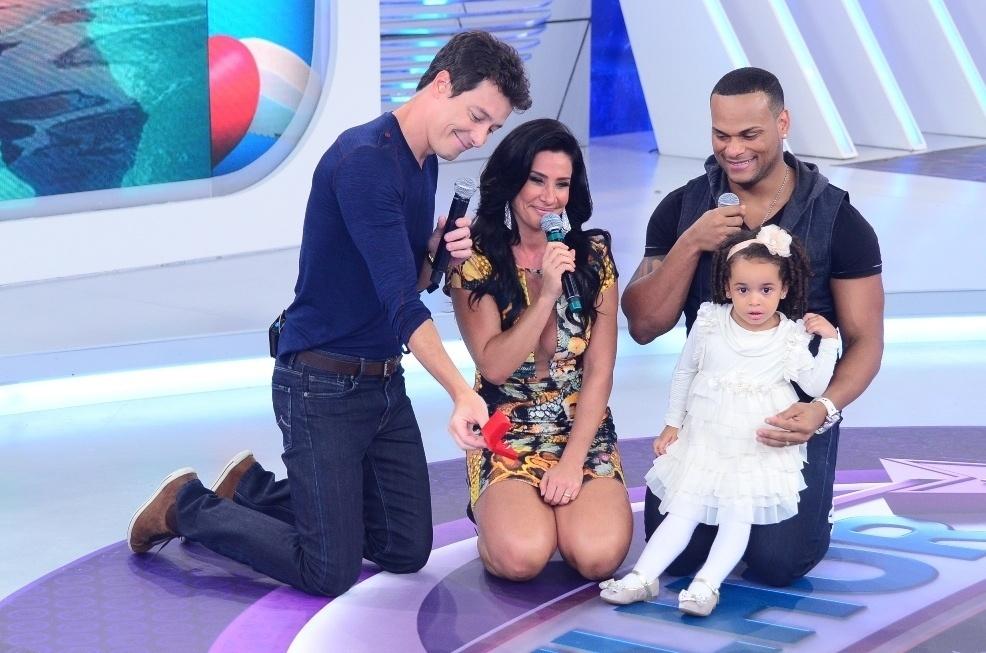 18.out.2013 - Diante de Rodrigo Faro e da filha Giulia, Scheila Carvalho e Tony Salles renovam votos de casamento no