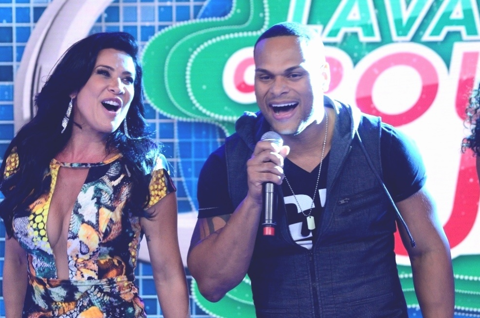 18.out.2013 - Scheila Carvalho e Tony Salles cantam no